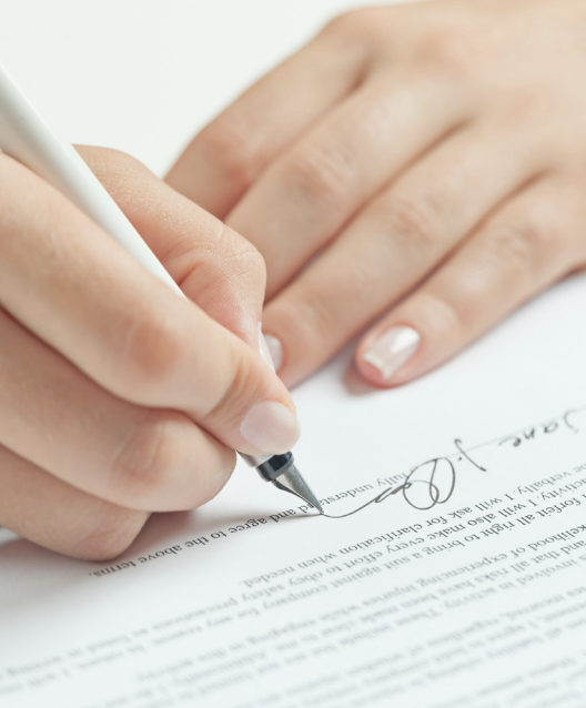 Signing a document, to illustrate someone buying their freehold, having received legal advice from property solicitors in Hungerford